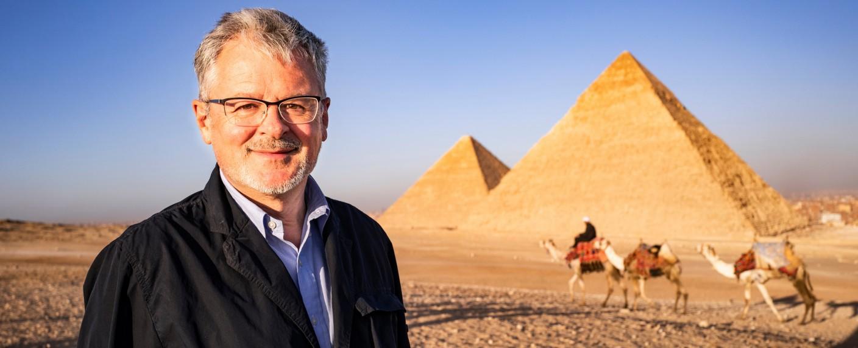 "Christopher Clark präsentiert bei ""Terra X"" die ""Welten-Saga"" – Bild: ZDF/Andreas Steffan"