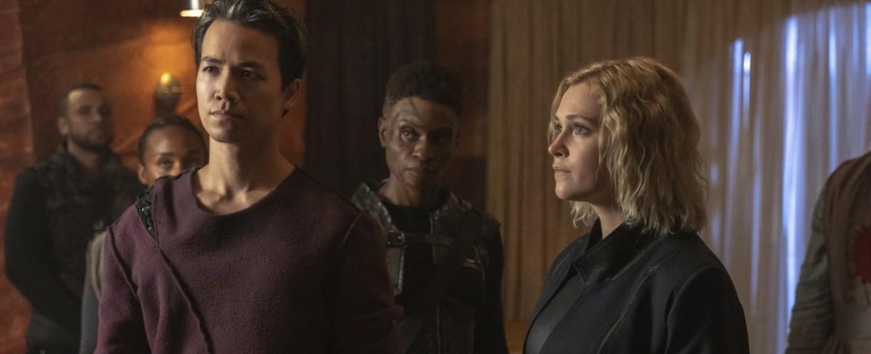 Clarke (Eliza Taylor) und Jordan (Shannon Kook) sehen sich neuen Problemen gegenüber. – Bild: The CW