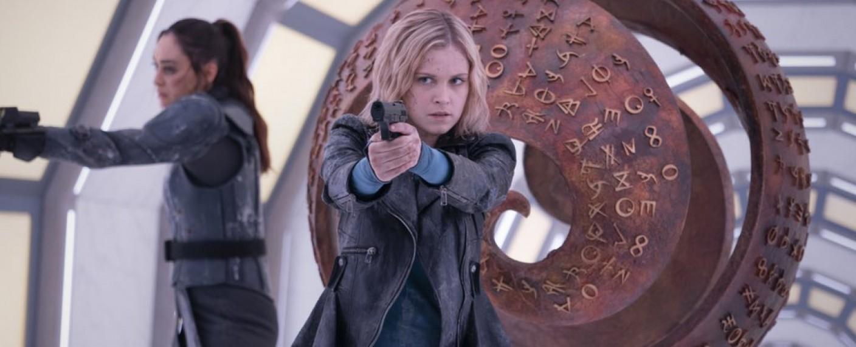 Clarke (Eliza Taylor) und Raven (Lindsey Morgan) auf Bardo – Bild: The CW