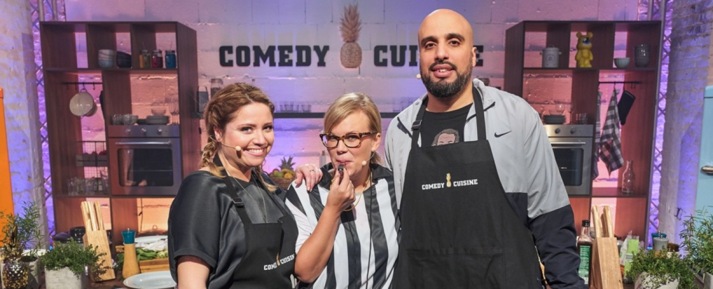 """""""Comedy Cuisine"""": Caroline Frier, Schiedsrichterin Martina Schönherr und Abdelkarim – Bild: WDR/Frank Dicks"""