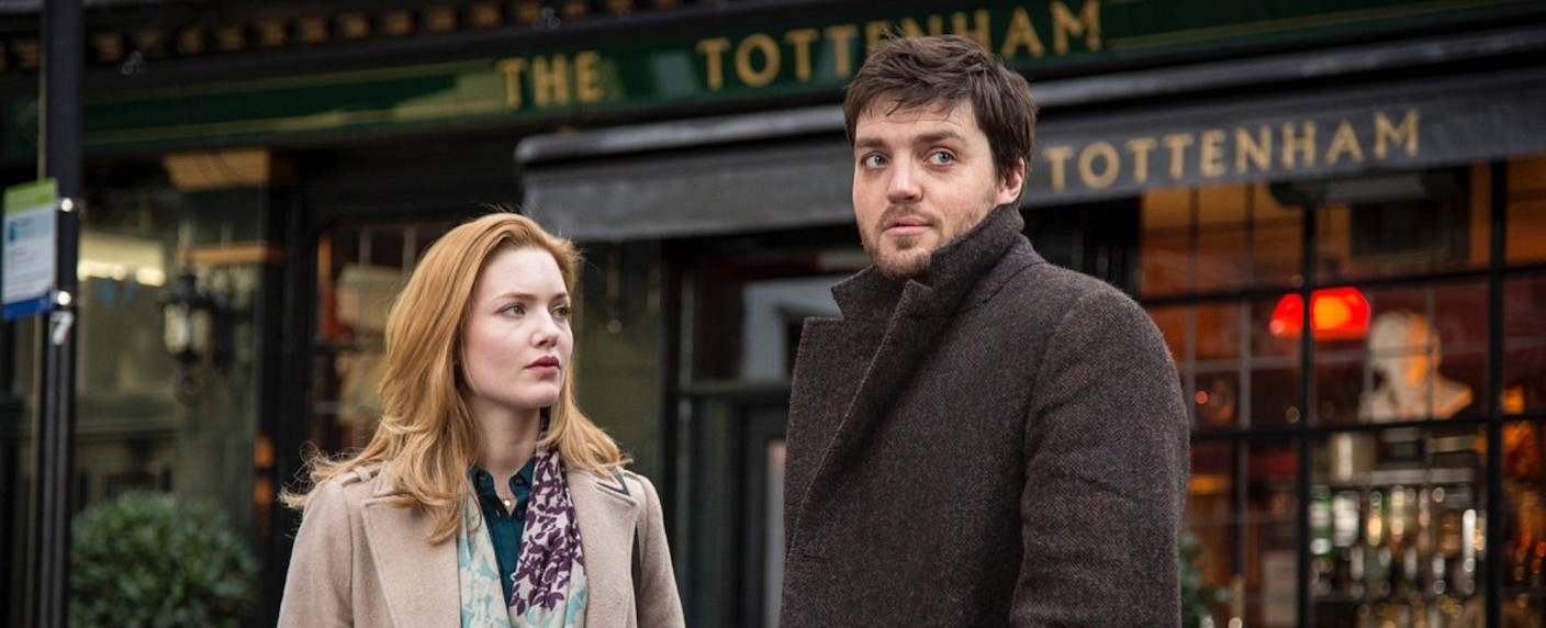 "Robin (Holliday Grainger) und Cormoran Strike (Tom Burke) in der Auftaktstaffel ""Strike – The Cuckoo's Calling"" – Bild: BBC"