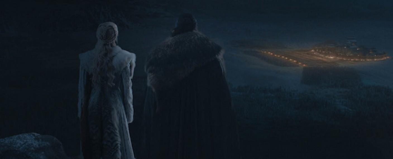 Daenerys (Emilia Clarke) und Jon (Kit Harington) überblicken das Schlachtfeld – Bild: HBO