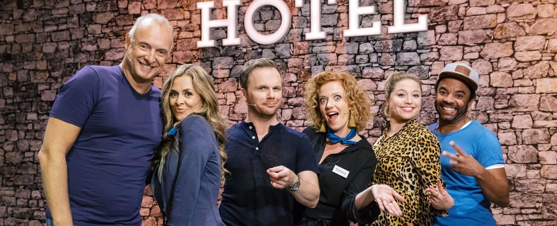"Das Ensemble von ""Hotel Verschmitzt"" – Bild: MG RTL D / Bernd-Michael Maurer"