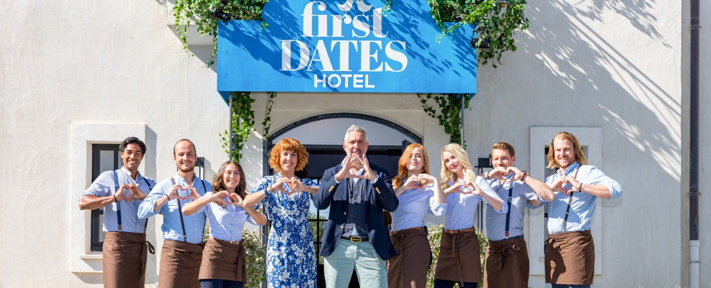 """Das Team von """"First Dates Hotel"""" – Bild: TVNOW / Bernd Michael-Maurer"""