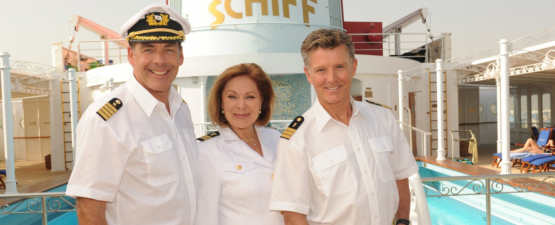 """Heide Keller (M.) schippert noch drei Mal mit auf dem """"Traumschiff"""". – Bild: ZDF/Dirk Bartling"""