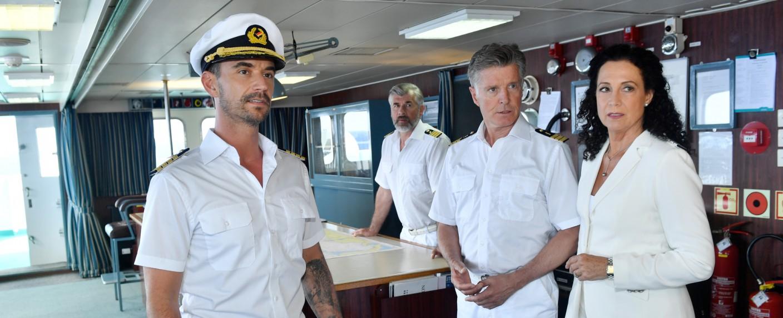"""""""Das Traumschiff"""": Der neue Kapitän Max Parger (Florian Silbereisen, l.) hat die Zuschauer sicher durch den zweiten Weihnachtsabend gebracht. – Bild: ZDF/Dirk Bartling"""