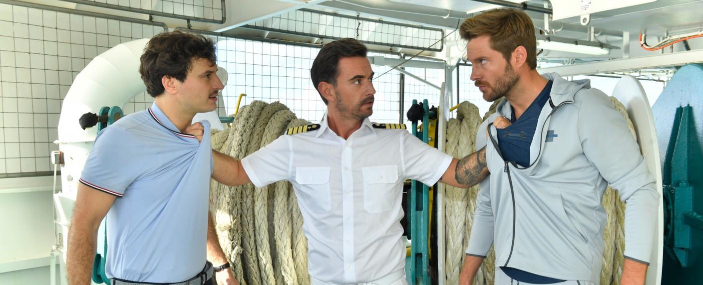 Kapitän Max Parger (Florian Silbereisen, M.) geht zwischen die Streithähne Ken (Jaime Ferkic, l.) und Lennart (Tommy Schlesser, r.) – Bild: ZDF/Dirk Bartling