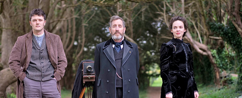 """Dead Still"": Assistent Conall Molloy (Kerr Logan), Fotograf Brock Blennerhasset (Michael Smiley) und Möchtegern-Schauspielerin Nancy Vickers (Eileen O'Higgins) – Bild: Acorn TV"