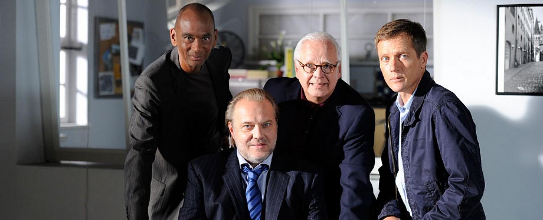 """Bald Geschichte: das aktuelle Team bei """"Der Alte"""" mit Pierre Sanousssi-Bliss (l.) und Markus Böttcher (r.) – Bild: ZDF"""