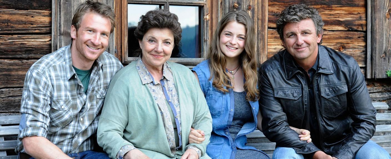 Hans Gruber (Heiko Ruprecht), Lisbeth Gruber (Monika Baumgartner), Lilli Gruber (Ronja Forcher), Dr. Martin Gruber (Hans Sigl) (v. l. n. r.) – Bild: ZDF/Stefanie Leo