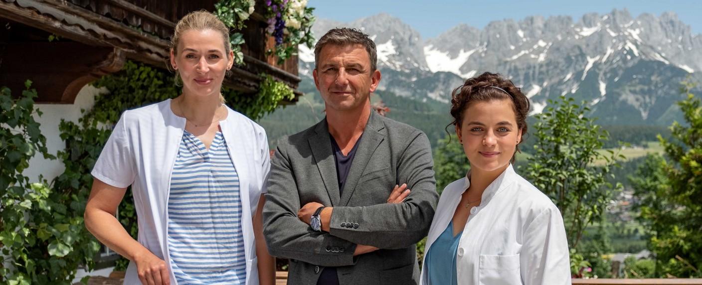 Andrea Gerhard, Hans Sigl und Ronja Forcher (v.l.n.r.) – Bild: ZDF/Leichtfried