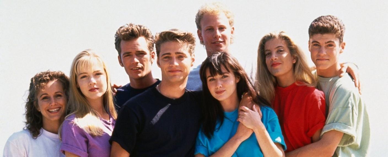 """Der Cast von """"Beverly Hills, 90210"""": (v.l.) Gabrielle Carteris, Jennie Garth, Luke Perry, Jason Priestley, Ian Ziering, Shannen Doherty, Tori Spelling und Brian Austin Green – Bild: FOX"""