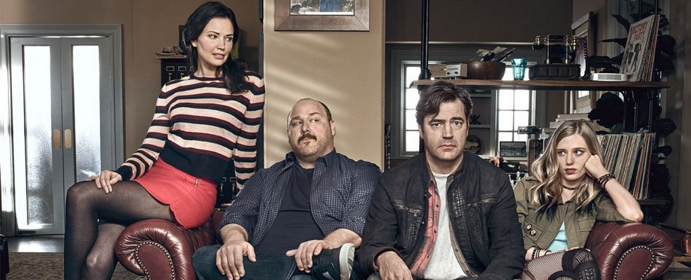 "Der Cast von ""Loudermilk"": (v.l. Laura Mennell, Will Sasso, Ron Livingston & Anja Savcic) – Bild: Audience"