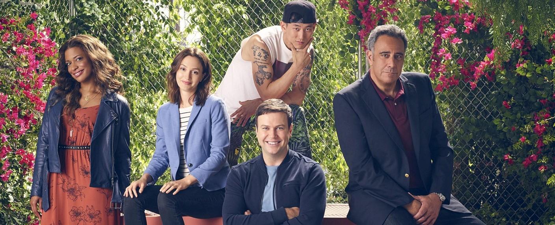 """Der Cast von """"Single Parents"""": (v.l.) Kimrie Lewis-Davis, Leighton Meester, Jake Choi, Taran Killam und Brad Garrett – Bild: ABC/F. Scott Schafer"""