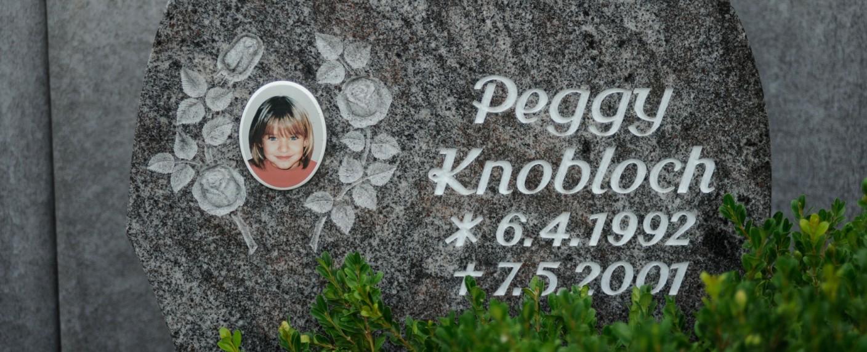 Der Gedenkstein der ermordeten Peggy Knobloch in Nordhalben – Bild: ZDF/Alexander Gheorghiu