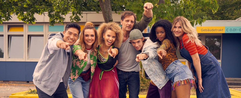 """""""Der Lehrer"""": Das Ensemble der achten Staffel – Bild: TVNOW / Frank Dicks"""