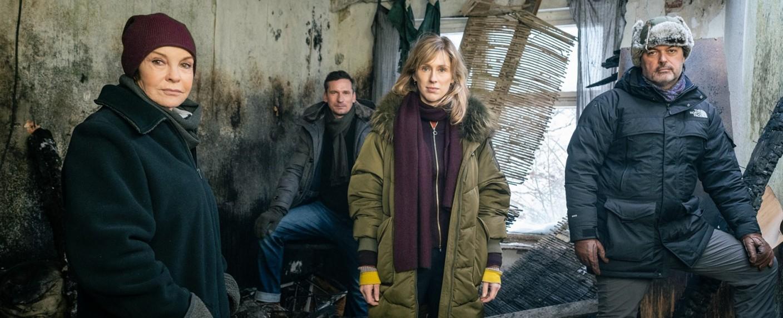 """""""Der Usedom-Krimi"""" (v. l.): Katrin Sass, Till Firit, Rikke Lylloff und Regisseur Andreas Herzog – Bild: NDR/Alexander Fischerkoesen"""