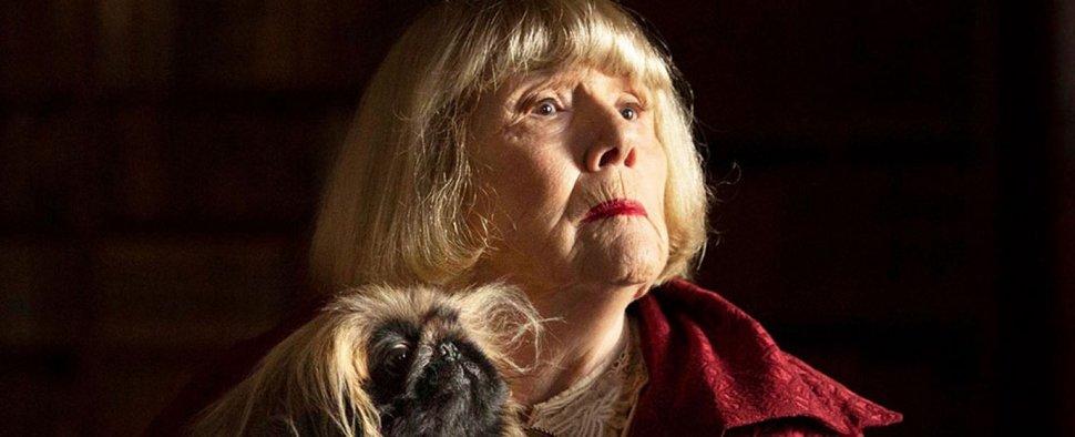 """Diana Rigg als Mrs. Pumphrey mit Tricki Woo in """"Der Doktor und das liebe Vieh"""" – Bild: Playhouse"""