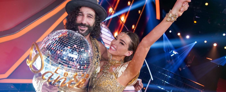 """Die frisch gekürten """"Let's Dance""""-Sieger: Lili Paul-Roncalli (r.) und Massimo Sinató (l.) – Bild: TVNOW/Stefan Gregorowius"""