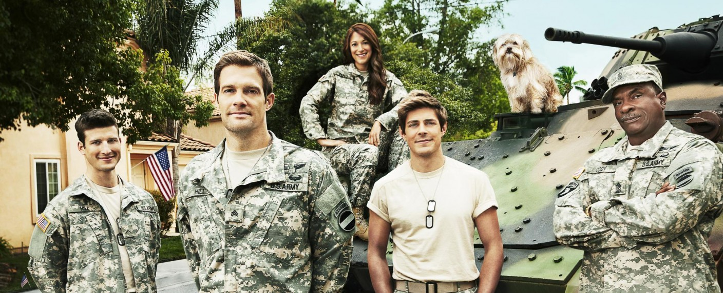 "Die Hauptdarsteller von ""Enlisted"": Parker Young, Geoff Stults, Angelique Cabral, Chris Lowell und Keith David – Bild: Patrick Ecclesine/FOX"