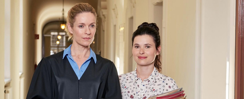 """""""Die Heiland – Wir sind Anwalt"""": Romy Heiland (Lisa Martinek, l.) und Ada Holländer (Anna Fischer, r.) – Bild: ARD/Reiner Bajo"""