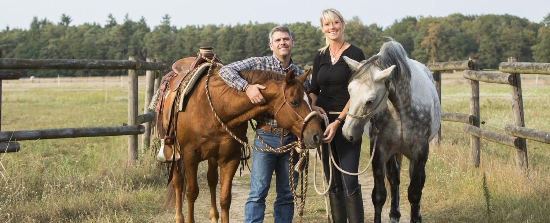 Die Pferdeprofis Bernd Hackl und Katja Schnabel – Bild: MG RTL D / Sebastian Pfütze