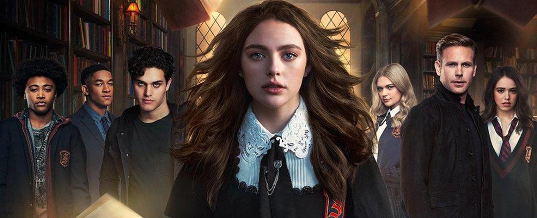 """Die Protagonisten von """"Legacies"""": Vampir MG, Neu-Werwolf Rafael, sein Pflegebruder Landon, Hope sowie Alaric zwischen den Töchtern Lizzie (l.) und Josie – Bild: The CW"""