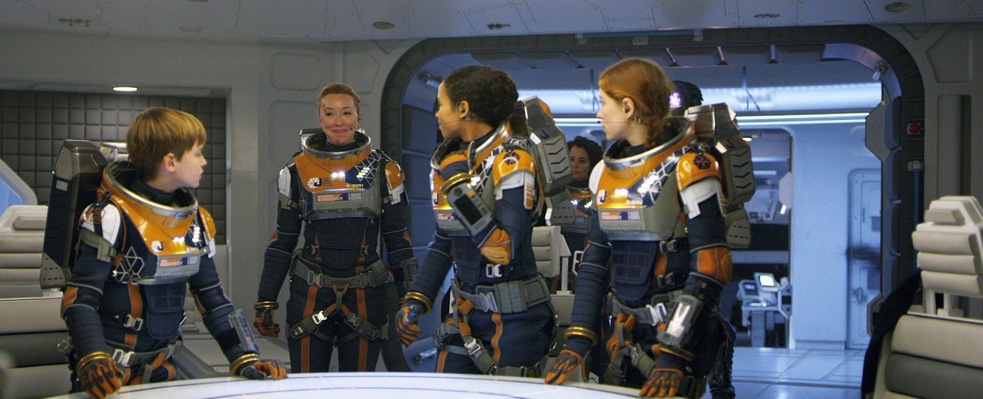 "Die Robinson-Familie in ""Lost in Space"": Die Robinson-Familie in ""Lost in Space"": Will (Max Jenkins), Mutter Maureen (Molly Parker), Judy (Taylor Russell), Dr. Smith (Parker Posey, hinten) und Penny (Mina Sundwall) – Bild: Courtesy of Netflix"