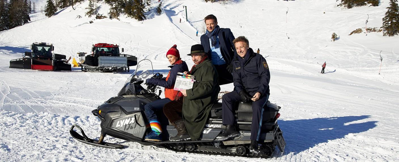 """""""Die Rosenheim-Cops"""": Sina Wilke, Dieter Fischer, Igor Jeftic und Max Müller bei den Dreharbeiten zum kommenden Winterspecial – Bild: ZDF/Bojan Ritan"""