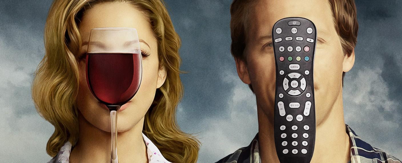 """Die Vorstellungen von Lina (Judy Greer) und Russ (Nat Faxon) von einem entspannten Feierabend in """"Married"""": Wein und Fernsehen – Bild: FX Networks"""