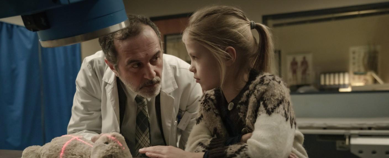 """Doktor Ballouz (Merab Ninidze) erarbeitet sich das Vertrauen von Flori (Mavie Meschkowski) in """"Doktor Ballouz"""" – Bild: ZDF/Stefan Erhard"""