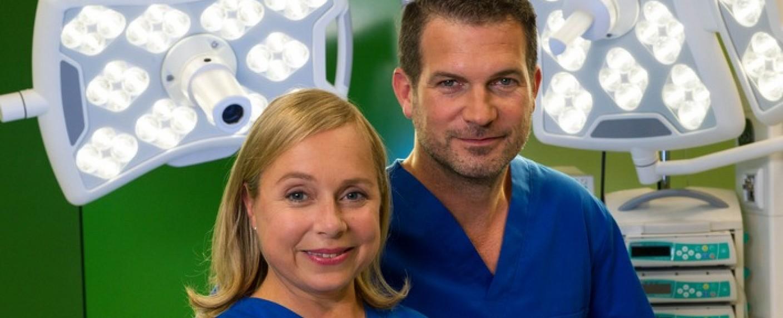Dr. Klein (ChrisTine Urspruch) erhält in der fünften Staffel Verstärkung von Dr. Benno Haas (Simon Böer) – Bild: obs/ZDF/Markus Fenchel