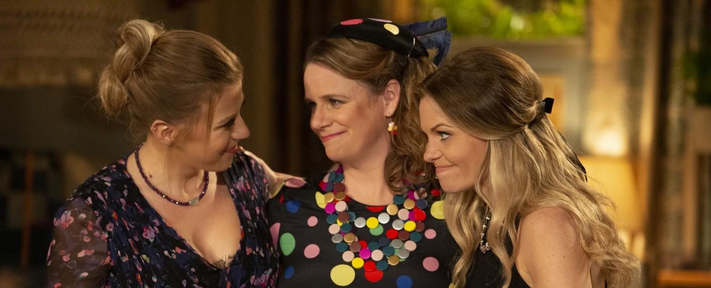 "Drei beste Freundinnen in ""Fuller House"": Stephanie (Jodie Sweetin), Kimmy (Andrea Barber) und D.J. (Candace Cameron Bure) – Bild: Michael Yarish / Netflix"