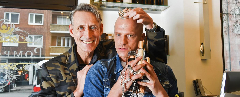 """""""Einfach hairlich – Die Friseure"""": Andreas (l.) und Sebastian (r.) betreiben den """"Salon Pompadur"""" in Hamburg – Bild: RTL II/Stefanie Schumacher"""