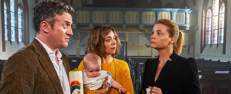 Jannis Zagorakis (Josef Heynert), Christina Kieper (Julia Richter, m.) und Ella Schön (Annette Frier, r.) – Bild: ZDF/Marc Vorwerk