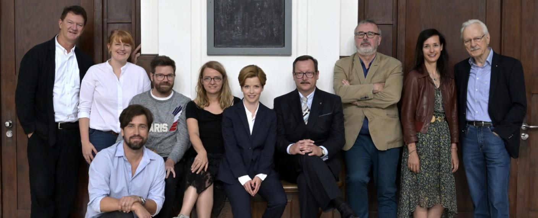 """Ensemble und Crew beim Drehstart von """"Das Geheimnis des Totenwaldes"""" – Bild: NDR/ARD Degeto/Christiane Pausch"""