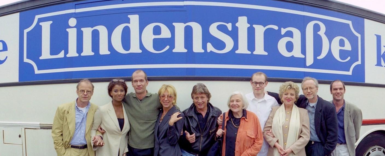 """Ensemblefoto der Tour """"Die Lindenstraße kommt"""" aus dem Jahr 1998 – Bild: gff/WDR"""