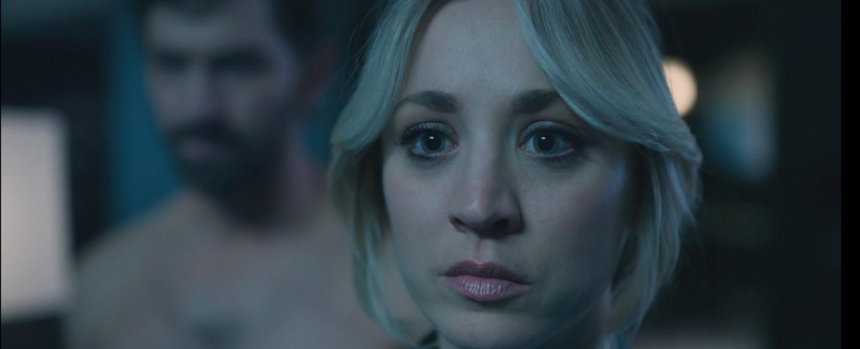 Cassie (Kaley Cuoco) bekommt Beistand von einem Toten: Alex Sokulov (in der Unschärfe: Michiel Huisman) erscheint ihr in Halluzinationen. – Bild: hbo max