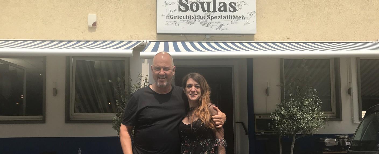 """Frank Rosin und Chrisoula Bibissidou vorm Restaurant """"Kaiser's"""" in Ludwigsburg – Bild: kabel eins"""