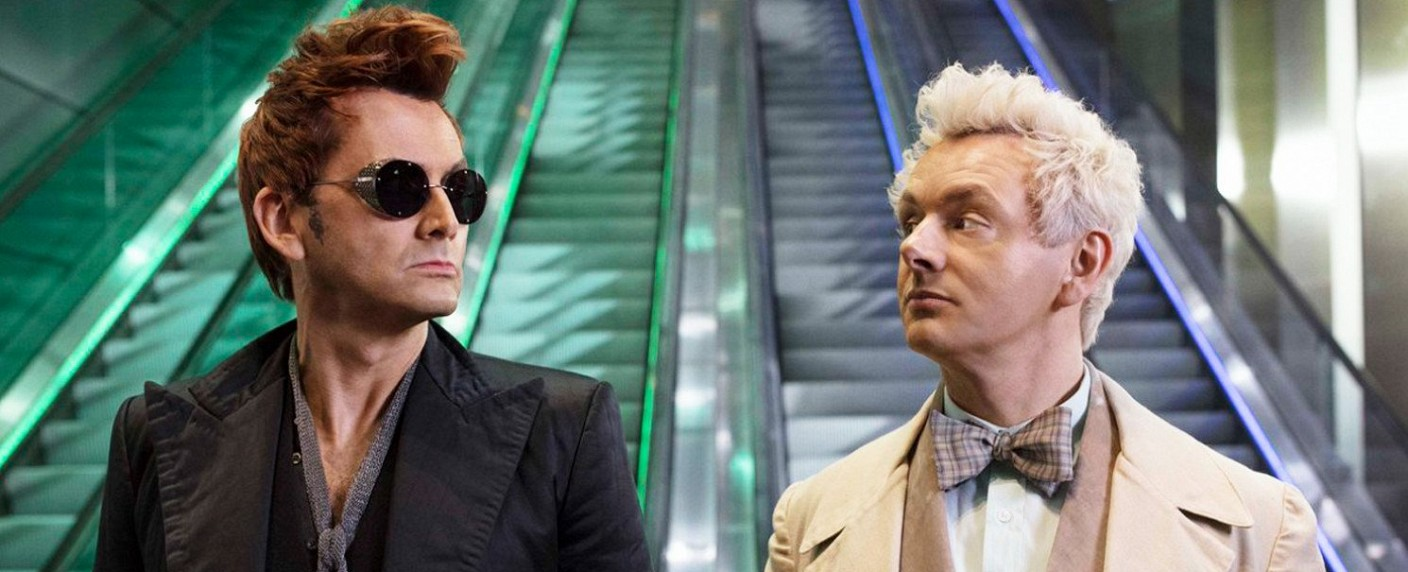 "Frenemies: Crowley (David Tennant) und Aziraphale (Michael Sheen) in ""Good Omens"" – Bild: Amazon Studios"