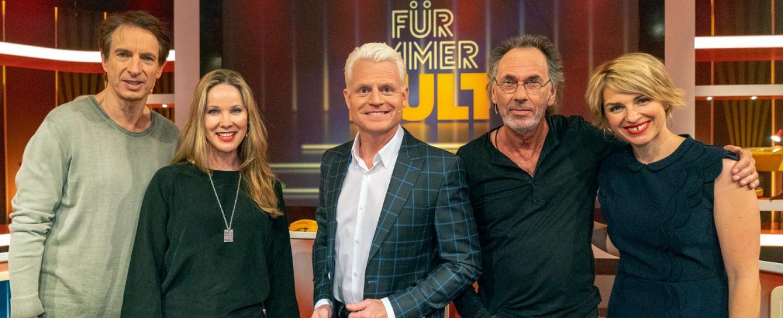 """""""Für immer Kult"""": Moderator Guido Cantz (m.) mit den Rateteams Ingolf Lück (l.), Ann-Kathrin Kramer, Hugo Egon Balder und Sabine Heinrich (r.) – Bild: WDR/Max Kohr"""