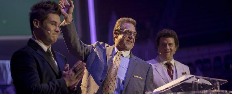 """So zeigen sich die Gemstones gerne öffentlicht: Vater Eli (John Goodman, M.) auf der Bühne zwischen den Söhnen Kelvin (Adam Devine, l.) und Jesse (Danny McBride) in """"The Righteous Gemstones"""" – Bild: HBO"""