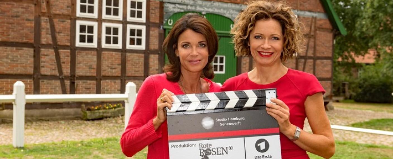 """Die zukünftige mit der aktuellen """"Rote Rosen""""-Heldin: Gerit Kling (l.) und Madeleine Niesche (r.) – Bild: ARD/Nicole Manthey"""