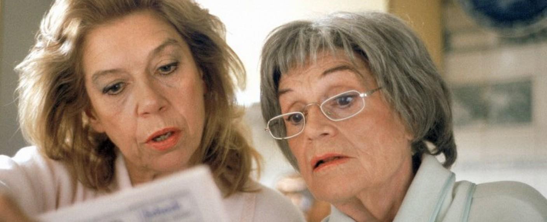 """Gisela May (r.) mit Serientochter Evelyn Hamann in """"Adelheid und ihre Möder"""" in der Folge """"Die letzte Tasse"""" (1996) – Bild: mdr"""