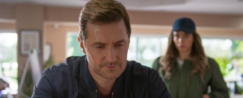 Gleich enthüllt 'die Fremde' (Hannah John-Kamen, r.) dem ahnungslosen Adam (Richard Armitage) ein verstörendes Geheimnis über seine Frau – Bild: Netflix