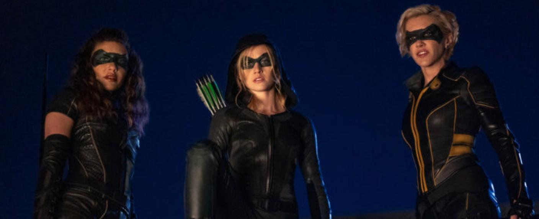 "Die designierten Hauptfiguren von ""Green Arrow and the Canaries"": (v. l.) Dinah Drake (Juliana Harkavy), Mia Queen (Katherine McNamara) und Laurel Lance (Katie Cassidy) – Bild: The CW"