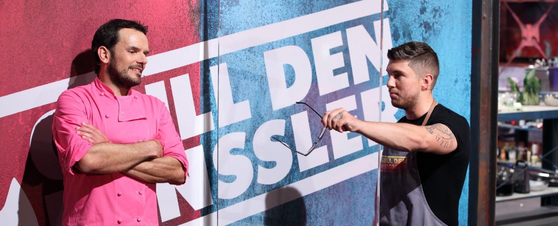 """""""Grill den Henssler"""": Steffen Henssler (l.) und Joey Heindle – Bild: TVNOW/Frank W. Hempel"""