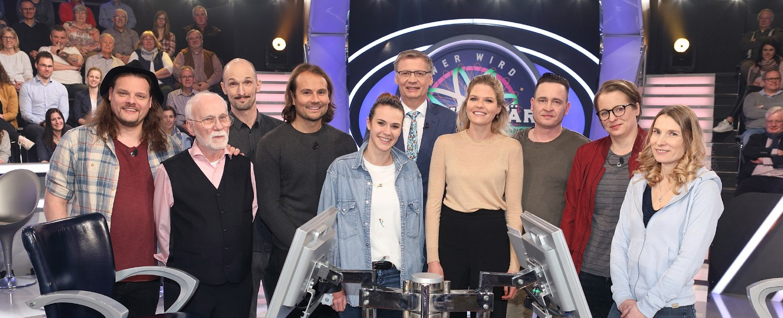 """Günther Jauch (m.) mit seinen Zweite-Chance-Kandidaten bei """"Wer wird Millionär?"""" – Bild: MG RTL D/Frank Hempel"""
