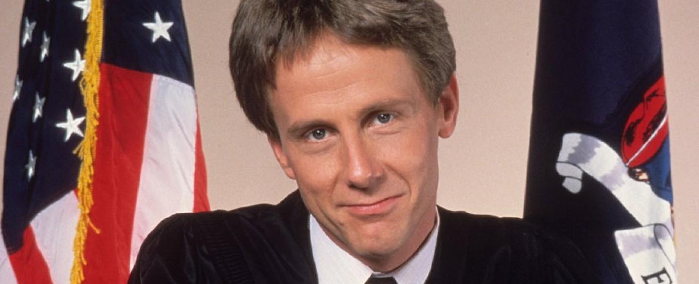 "Harry Anderson als Richter Harold T. Stone in ""Harrys wundersames Strafgericht"" – Bild: NBC"