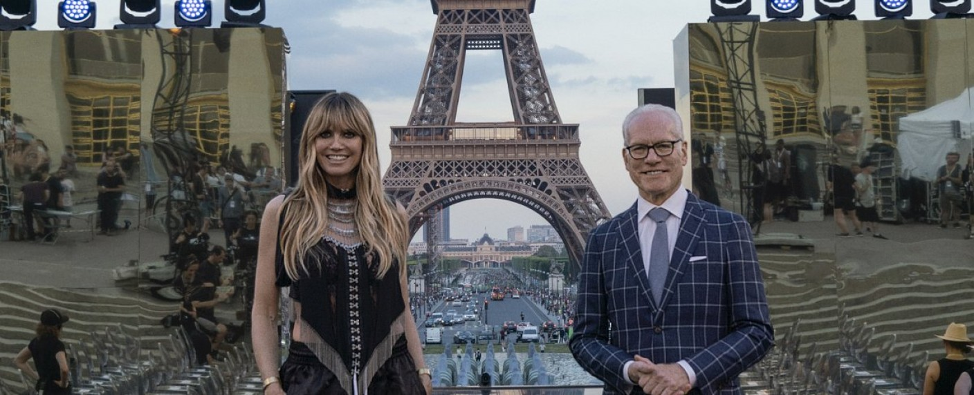 "Heidi Klum und Tim Gunn in ""Making the Cut"" – Bild: Prime Video/Jessica Forde"